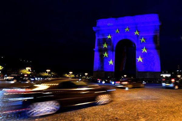 L'Arc de Triomphe éclairé aux couleurs de Paris, le 9 mai 2018.