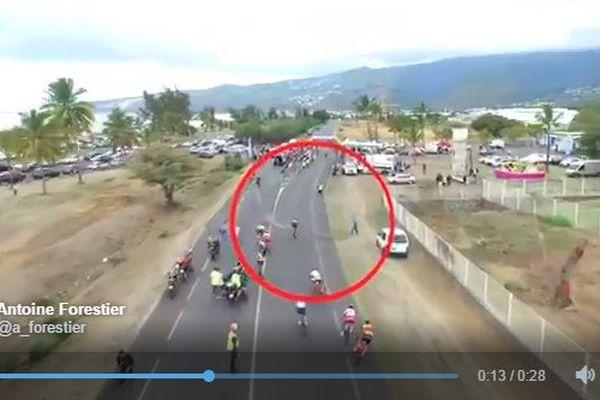 Le père d'un concurrent jette des barrières en travers du sprint final du Tour de la Réunion