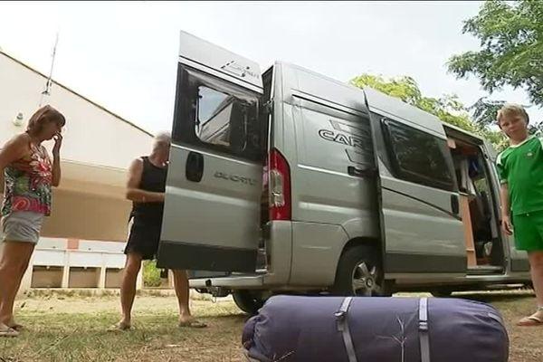 Ca y est, les juilletistes ont débarqué ! Nombreux sont ceux qui, comme ce couple de grands-parents et leurs petits enfants, ont choisi de passer les vacances au camping, à la Grande Motte, dans l'Hérault.