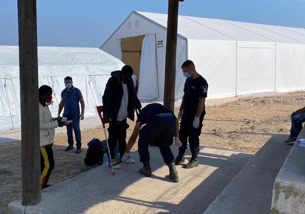 A l'entrée, les arrivants doivent se soumettre au détecteur d'armes. Dans l'ancien camp, certains d'entre eux circulaient avec des lames ou des machettes