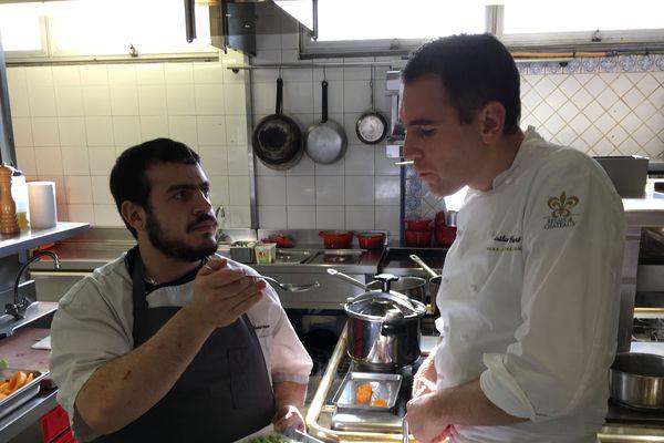 Mathieu Guibert échange avec Nicolas, un chef du Pays Basque, venu aider amicalement à préparer la finale