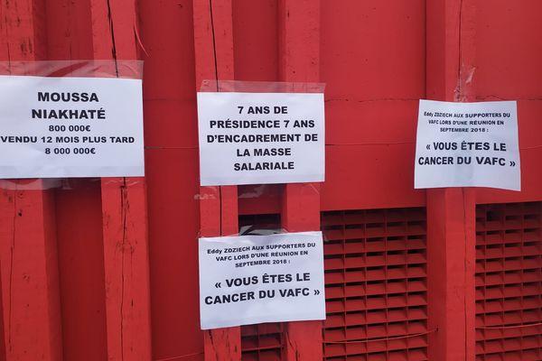 Une partie des messages affichés sur les grilles du stade du Hainaut.
