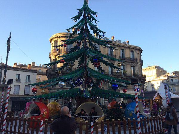 Nouveau des Hivernales 2016, un manège dans un sapin géantattend les familles  place Laissac à Montpellier
