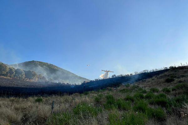 Un canadair effectue un largage sur l'incendie parti ce vendredi en fin de journée sur la commune d'Alata.