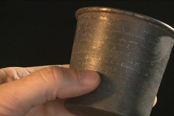 Le gobelet porte les derniers mots d'un résistant dijonnais condamné à mort par l'occupant allemand en 1942.