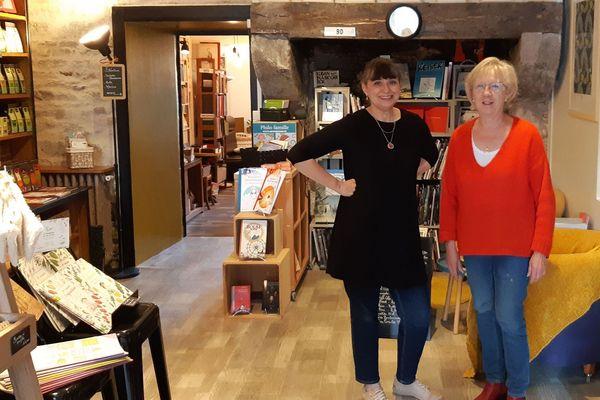 Dans son ancien café-librairie, Yvonne Prêteseille (à droite) aux cotés de la nouvelle gérante, Corine Bidet.