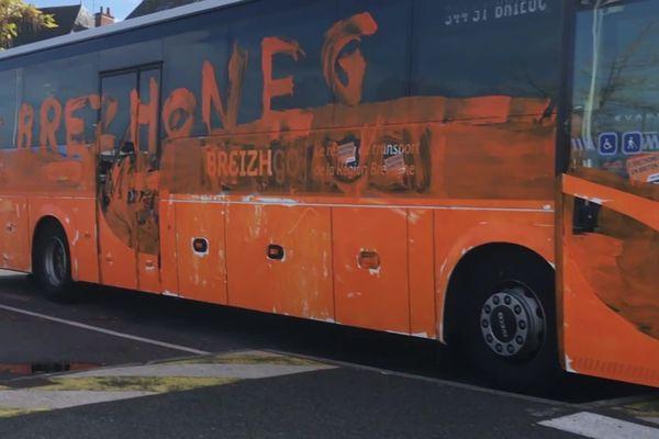 En 2018, à Vannes, les militants d'Ai'ta avaient peint en orange un bus BreizhGo pour dénoncer l'absence de signalétique bilingue français/breton sur les véhicules de transports de la Région.