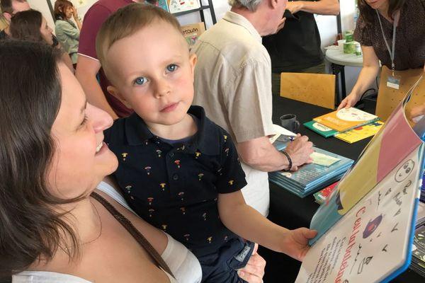 Un lecteur du Salon du livre jeunesse de Chalon-sur-Saône