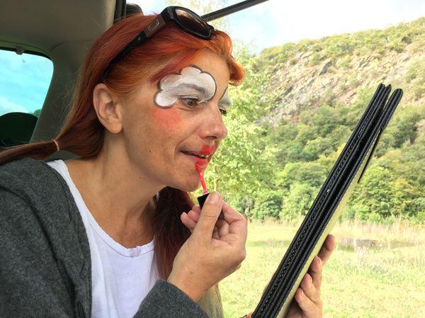Une vie d'itinérance toute en couleur pour Anita, assise dans son coffre de voiture