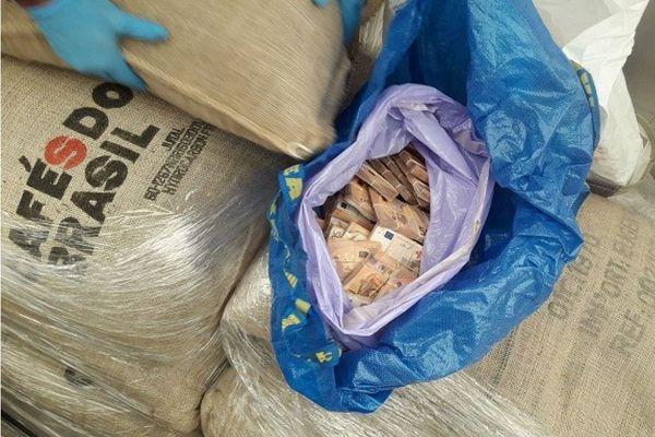 L'argent était dissimulé dans une rangée de palettes, sous les sacs de café