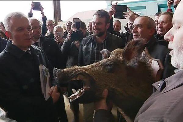 Le ministre de l'écologie François de Rugy en visite ce lundi en Haute-Saône s'est vu offrir un souvenir.