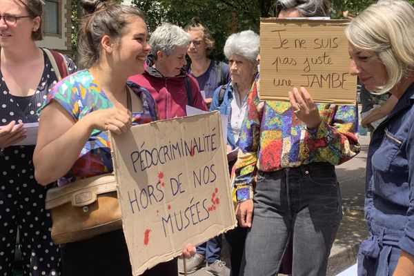 A Toulouse, mercredi 30 juin, plusieurs mouvements féministes ont manifesté devant le musée de l'affiche.