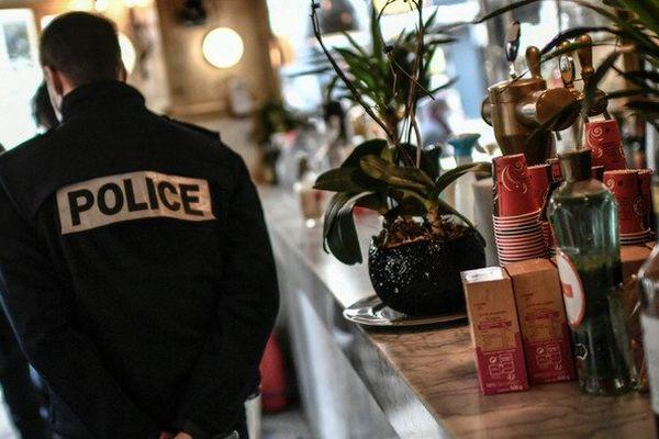 Des policiers lors d'un contrôle dans un bar parisien (ici le 3 février 2021).