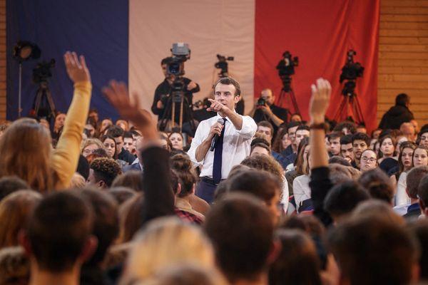 """8 Février 2019. Emmanuel Macron participe à un débat avec des jeunes en Saône-et-Loire dans le cadre du """"grand débat national""""."""