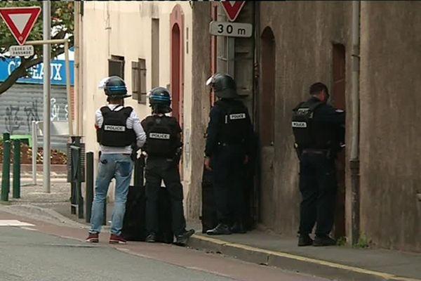 Les policiers sont positionnés à quelques mètres du bureau de tabac.