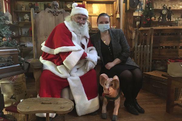 Le père Noël, en fin gourmet, reçoit les familles et les enfants dans un endroit plutôt insolite en cette fin d'année 2020 : la plus grande boucherie-charcuterie des Ardennes est devenu sa maison
