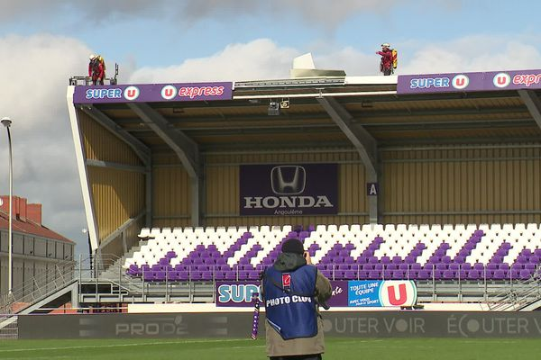 Les panneaux publicitaires au dessus d'une des tribunes du Stade Chanzy d'Angoulême ont été arrachés Sous l'effet du vent.