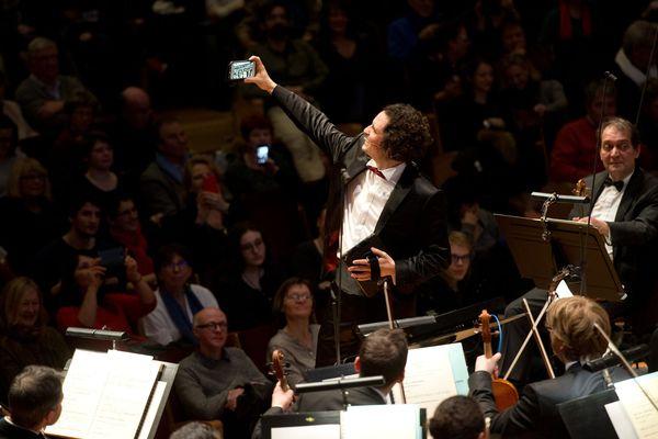 Alexandre Bloch, le directeur musical de l'Orchestre National de Lille, dirige le concert connecté, Smartphony