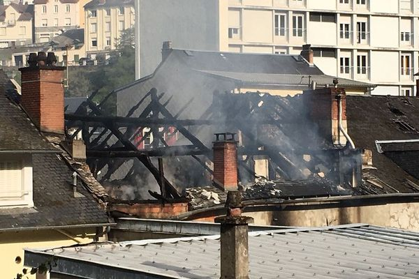 La toiture de l'immeuble de Tulle ravagée par les flammes