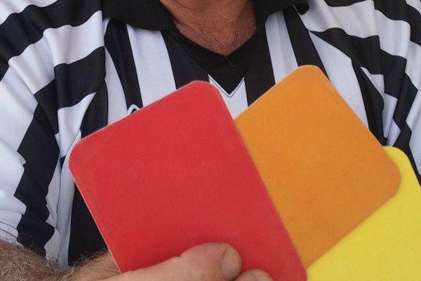 Les arbitres du Mondial peuvent sortir un carton en cas de faute.