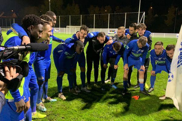 Les joueurs se congratulent sur la pelouse de Montlouis-sur-Loire le 23 novembre 2019