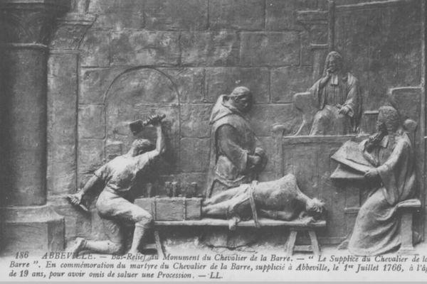 Représentation du supplice du chevalier de La Barre sur le monument érigé à Abbeville en 1907.
