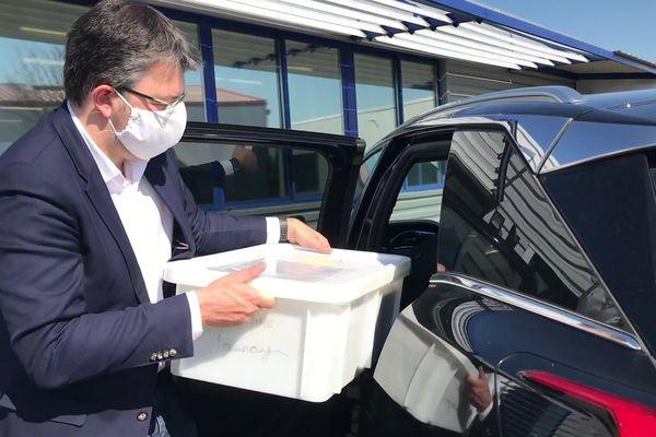 Le maire de Digoin, Fabien Genet, récupère les masques confectionnés par les couturières