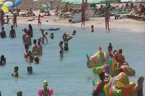 Sur les plages d'Ajaccio et d'ailleurs, pour éviter la propagation du coronavirus, la prudence reste de mise.