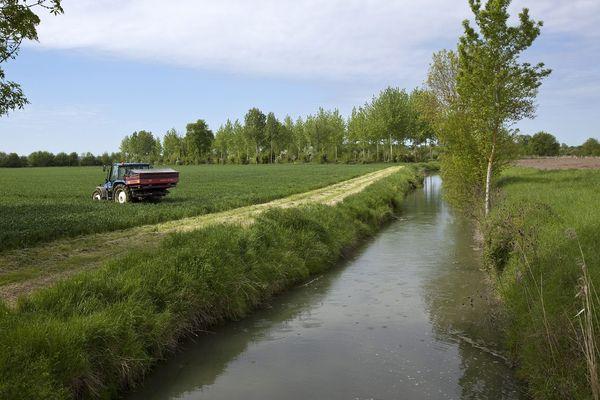 Le respect de la loi devrait permettre que les épandages de pesticides n'aient plus lieu à moins de 5m des milieux aquatiques.