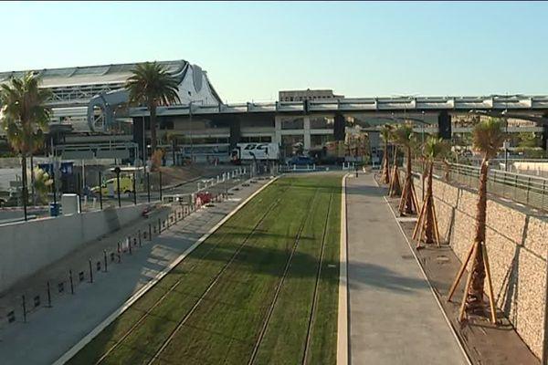 La ligne du T2 arrive devant le terminal 1 de l'aéroport.