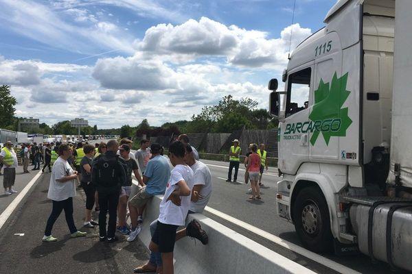 Les Gilets Jaunes bloquent la RN10 à hauteur de La Couronne dans l'agglomération d'Angoulême.