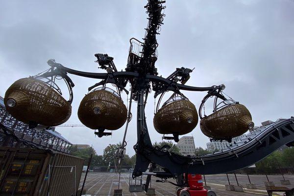 Une branche du futur Arbre aux Hérons de Nantes sur le parvis des Machines de l'Ile