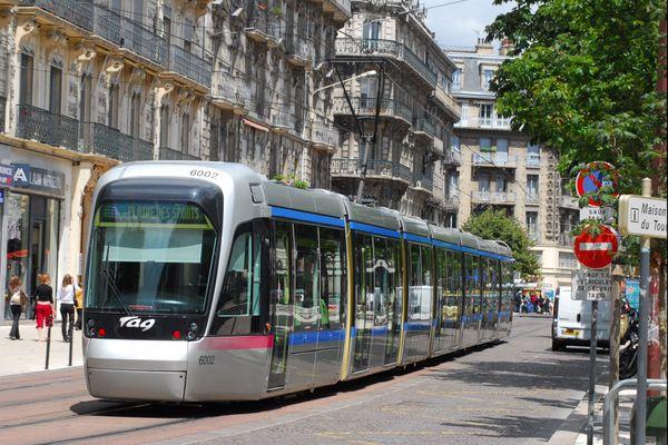 La ligne A du tramway dans le centre-ville de Grenoble.