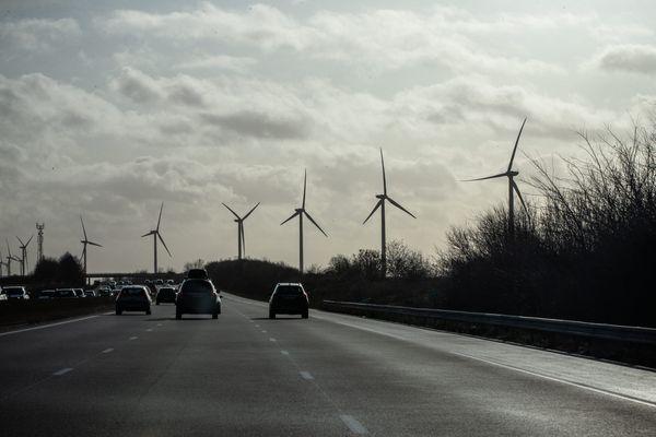 un champ éolien bordant l'autoroute A10