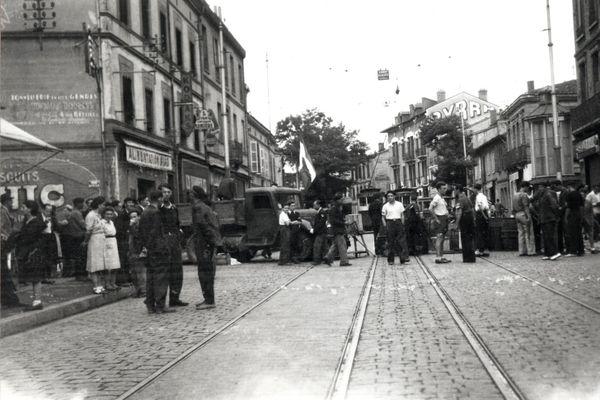 Une barricade rue du Faubourg-Bonnefoy, au niveau de l'intersection avec la rue Béteille. 20 août 1944.