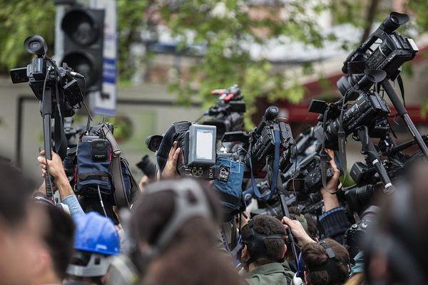 Faut-il brûler les journalistes ?  C'est une des questions posées par le festival du journalisme vivant qui a lieu du 14 au 16 juillet 2017 à Autun, en Saône-et-Loire.