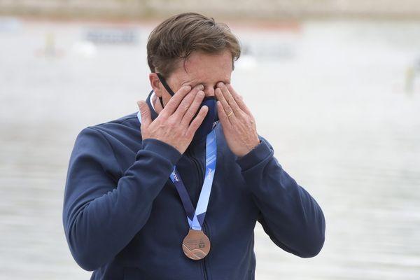 Eddie Potdevin, sur le podium du 200m de la Coupe du monde de Szeged en Hongrie, où il s'est offert un billet aller pour les Jeux paralympiques de Tokyo.