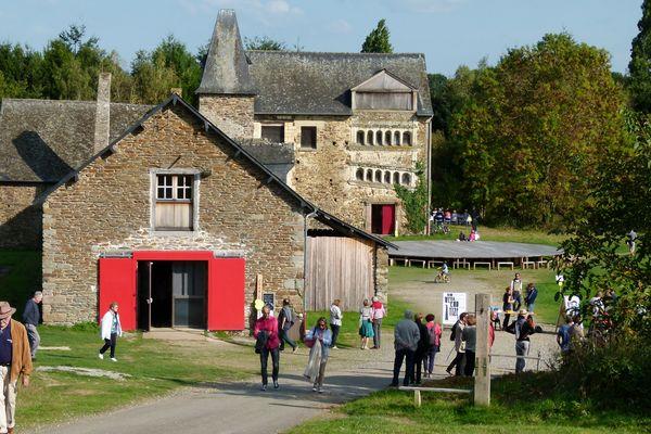 """Le manoir de Tizé, carrefour de nombreuses randonnées et site de l'association """"au bout du plongeoir""""."""