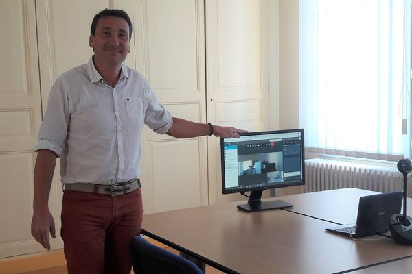 Ce vendredi, Nicolas Reberot, le maire de Ressons-le-Long, présidera le conseil municipal grâce à un système de visio-conférence.