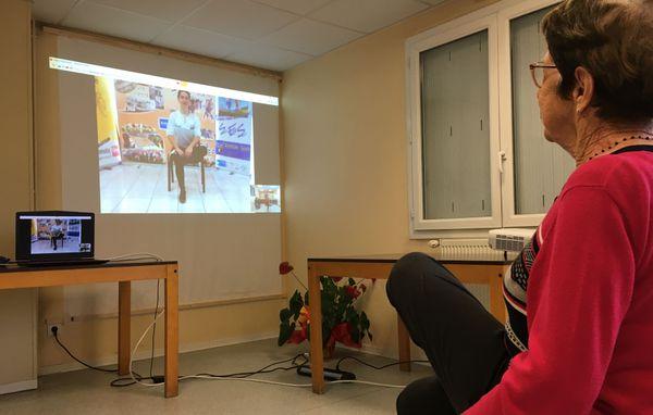 Clotilde Thibault, 89 ans, en pleine séance de gym vidéo