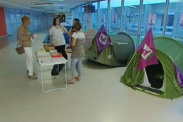 le syndicat sud installe des tentes dans le hall de l'hôpital de lA Rochelle