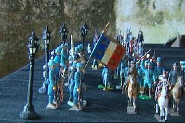 Les troupes défilent.