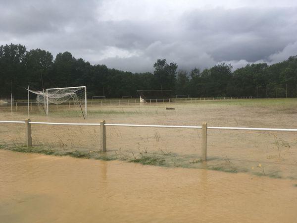 A lisle, un terrain de foot entièrement recouvert par l'eau qui n'arrive plus à s'évacuer naturellement