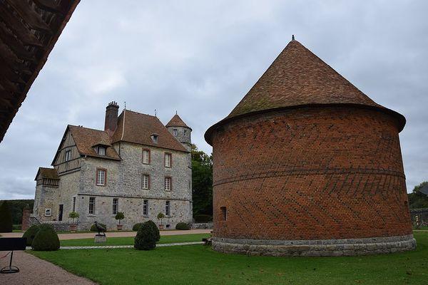 Dans l'Eure, le château de Vascoeuil, flanqué de son colombier, passera ce LUNDI sous un ciel nuageux.