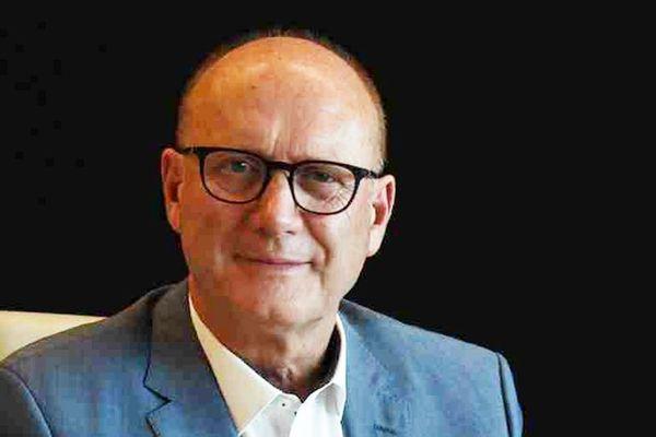 Robert Crauste, divers centre, qui se dit sans étiquette ni droite ni gauche, s'impose sans problème avec 58% des voix.
