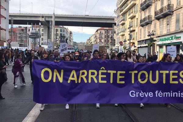 La manifestation du 8 mars, journée internationale des droits des femmes, le long de l'avenue Jean Médecin, à Nice.