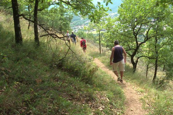 De plus en plus de personnes s'engagent dans la pratique de la randonnée.