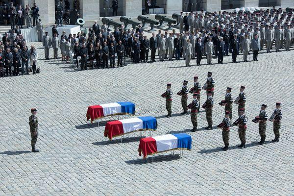 L'hommage dans la cour des Invalides a Paris aux trois militaires du 511e régiment du train d'Auxonne, tués en 2016 lors de l'opération Barkhane au Mali.