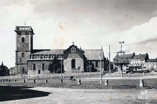 La place de Prisches et son kiosque à musique à droite, en 1905