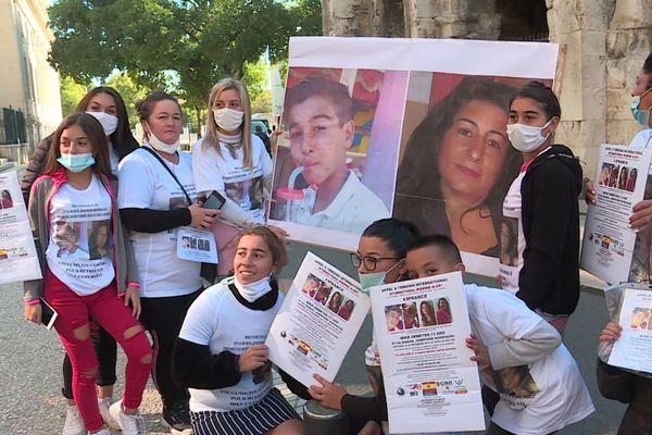 Famille et amis des disparus se sont rassemblés devant le Palais de Justice de Nîmes samedi 17 octobre 2020.